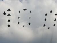 Проход самолетов 5хСу-27, 8хМиГ-29, 8х Су-25 в виде числа 100