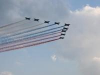 Проход с дымами цвета российского флага самолетов СУ-25
