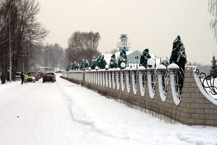 Проезд вдоль забора к горнолыжным склонам - декабрь 2013