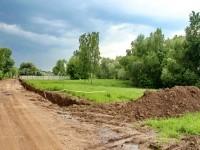 Вдоль дороги и к реке собираются ставить капитальный забор - июнь 2013