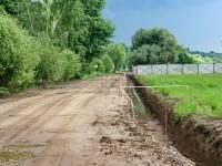 Длинная глубокая канава идет вдоль дороги