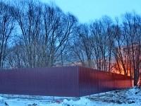Забор напротив домов 20 и 24 в поселке Тельмана