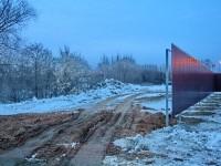Забор и дорога вдоль Москва-реки