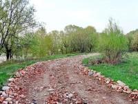 Отсыпка дороги вдоль берега после весенней распутицы