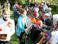 Дети поздравляют ветеранов