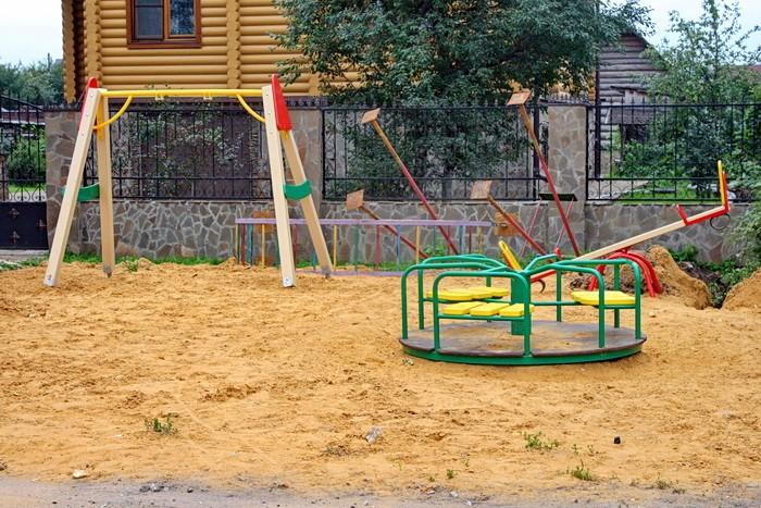 Площадка у дома 127 в Кулаково - качели, карусель, качалка