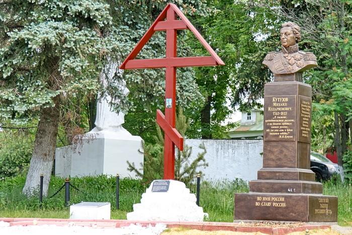 Памятное место в Еганово - бюст Кутузова, поклонный крест, памятник воинам