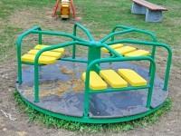Новая карусель на детской площадке - август 2013
