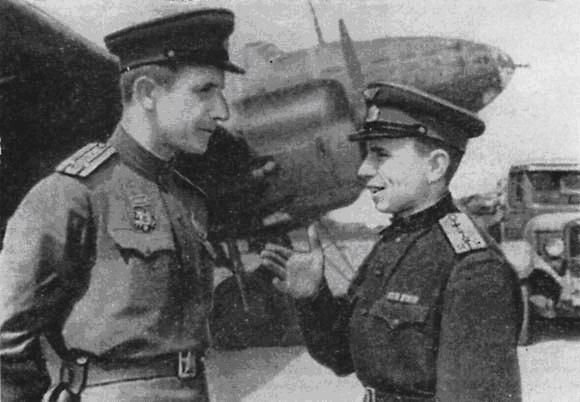 Командир 42 полка Герой Советского Союза подполковник С. Бирюков беседует с командиром звена Н. Новожиловым -1943 год