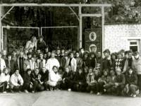 Студенты московского областного гуманитарного института на фоне ворот пионерского лагеря в деревне Жуково, где они жили во время уборки урожая   в совхозе имени Тельмана, 1988 год.