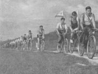 Велотуристы на Боровском Кургане (из книги Прогулки по Подмосковью, предположительно 1957 год издания)
