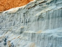 Белый кварцевый песок - отвесный берег карьера