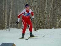 Юная лыжница на трассе