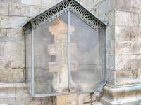 Белокаменный крест на месте захоронения митрополита Ионы