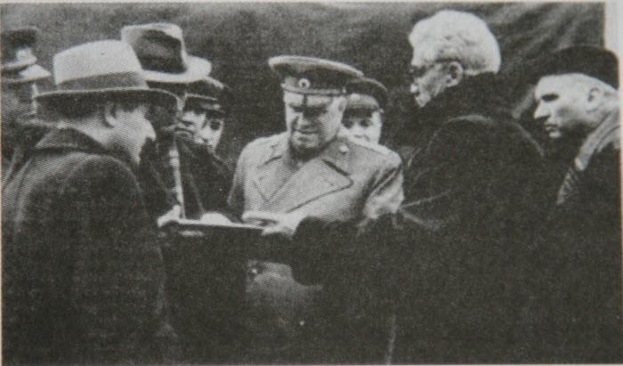 Маршал Жуков и конструктор Грачев осматривают армейские вездеходы  (1954 год)