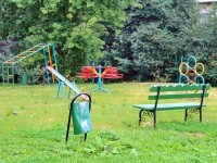 Старая детская площадка за старыми домами