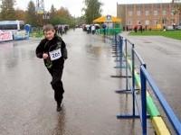 Юный спортсмен на огороженной трассе