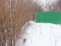 Забор упирается в склон Моква-реки