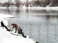 Рыбаки на берегу в Заозерье