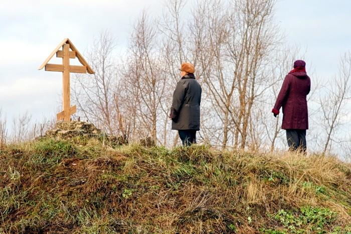 Жители Титово у памятного креста