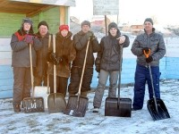 Жители Титово готовят каток к ледовому сезону