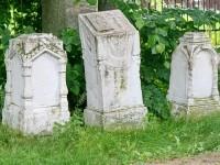Надгробия семьи Успенских, в том числе священника - в виде аналоя
