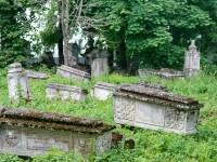 Мастера украшали надгробия различными сложными декоративными элементами