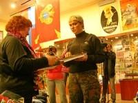 Передача личных вещей Ивана Грошкова родственникам в Музее боевой славы в г. Коломна