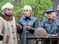 Руководитель отряда Суворов Ольга Стружанова общается с родственниками и односельчанами солдата