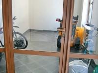 На первом этаже место для велосипедов и колясок