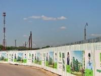Забор стройки выполняет рекламные функции