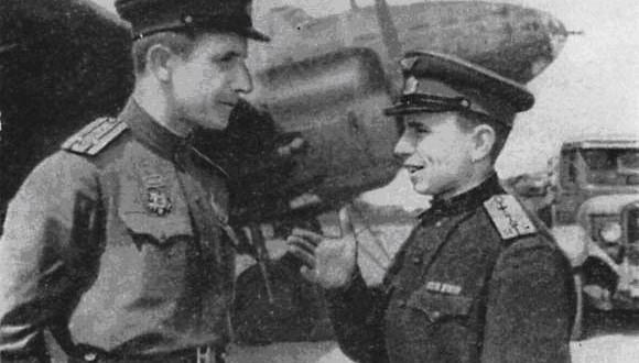 Komandir-42-polka-Geroj-Sovetskogo-Soyuza-podpolkovnik-S.-Biryukov-beseduet-s-komandirom-zvena-N.-Novozhilovym-1943-god