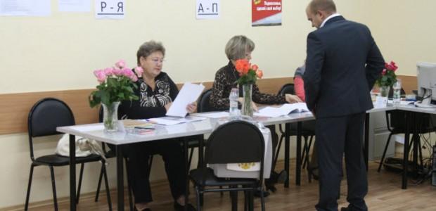 Kandidat-Igor-Morozov-pervy-j-izbiratel-na-uchastke