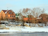 Частные особняки на берегу Москва-реки