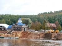 Так выглядит стройка ресторана у горнолыжных склонов в Чулково с другого берега