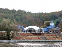 Так выглядит стройка ресторана у горнолыжных склонов в Чулково на Боровском Кургане с другого берега