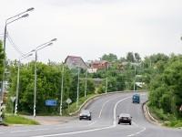 Извилистая старая трасса Новорязанки проходит через деревню