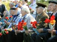 Ветераны с цветами и открытками, украшенными детьми
