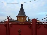 Храм за церковными воротами стройплощадки
