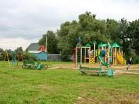 Старые и новые элементы на детской площадке в Нижнем Мячково