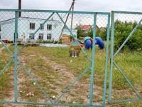 Скамейки и качалка на пружине за забором котельной в Нижнем Мячково
