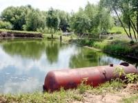 Прямоугольный пруд за магазином
