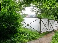 Вид на забор от родника - проход к роднику оставлен