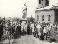 Жители Еганово возле памятника павшим - 60-е годы 20-го века
