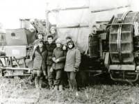 Студенты московского областного гуманитарного института с трактористом на фоне картофелеуборочного комбайна в совхозе имени Тельмана, 1988 год