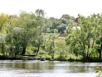 Берег деревни Титово уставлен лодками