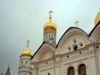 Украшения Архангельского собора вырезаны из белого камня