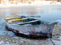 Лодка на берегу деревни