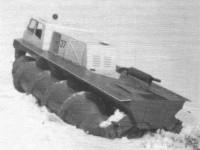 Шнекоход ШН-67 преодолевает подъем, покрытый снегом и тонким льдом