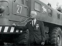 Конструктор Грачев на фоне ЗИЛ-Э167